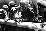 Солдаты вермахта снимают польский герб на пограничном пункте в Сопоте (граница Польши и Вольного Города Гданьска), 1 сентября 1939