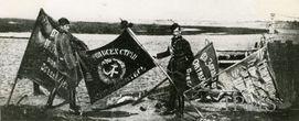 Польские офицеры позируют с советскими знаменами после битвы