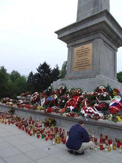 Тысячи поминальных свечей на могилах советских солдат в Польше