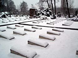 На обычном коммунальном кладбище Бродно в Варшаве это захоронение советских воинов соседствует с памятником жертвам Катыньской трагедии и мемориалом Варшавских повстанцев