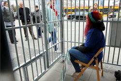 В Варшаве поставили клетку-символ ареста гринписовцев в России